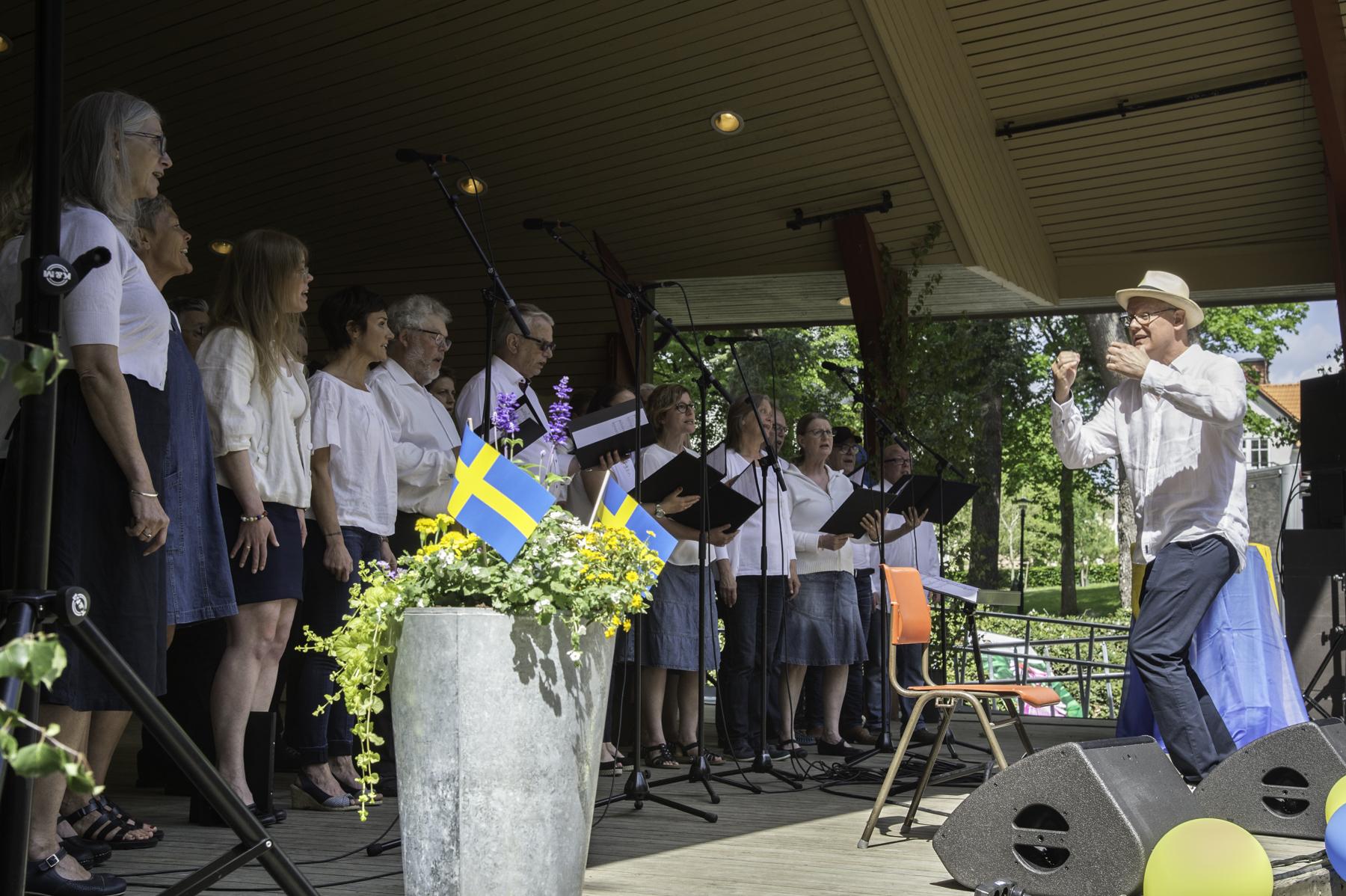 Enköpings Kammarkör sjunger under kommunens nationaldagsfirande från Skolparksscenen den 6 juni 2017. Foto: Olle Janson