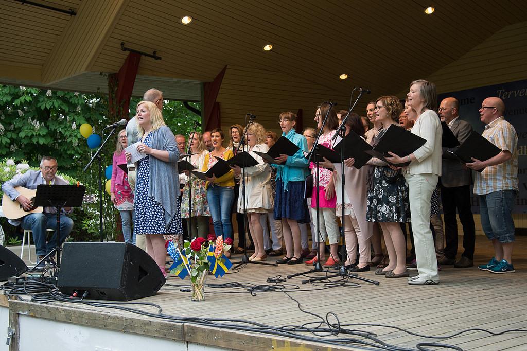 Enköpings Kammarkör sjunger under kommunens nationaldagsfirande 2015 i Skolparken, Enköping