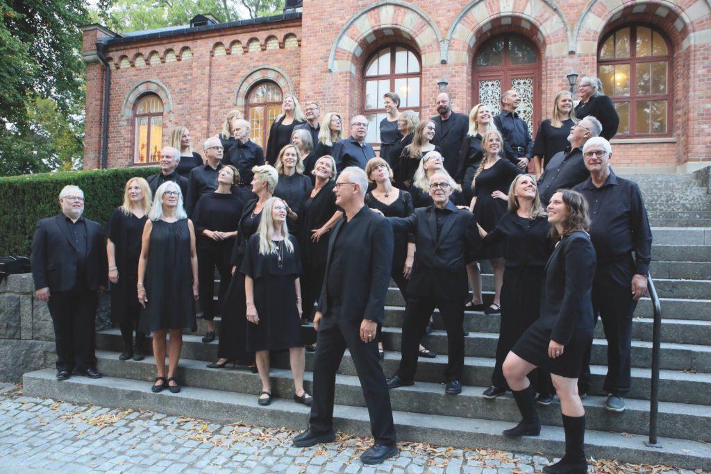 Enköpings Kammarkör står fritt på Tingshustrappen, Enköping, september 2018. Foto: Marit Thorin.