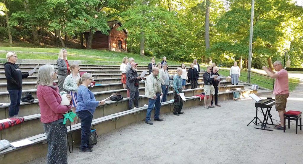 Enköpings Kammarkör träffas igen och sjunger sommarsånger i Skolparken den 3 juni 2020 efter långt coronauppehåll.